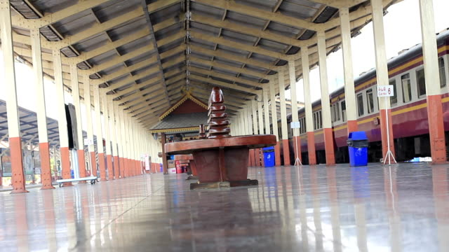 vidéos et rushes de chiangmai gare ferroviaire, thaïlande - plateforme