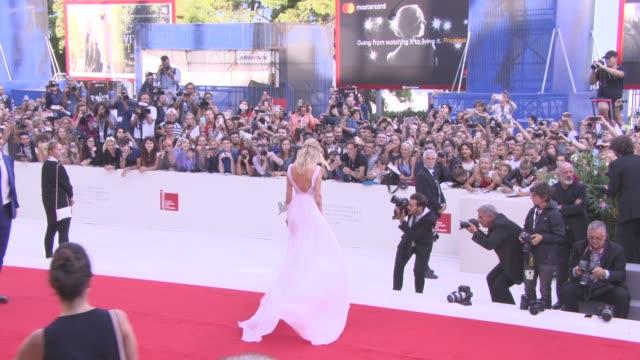 chiara ferragni at 'suburbicon' red carpet - 74th venice international film festival at palazzo del cinema on september 02, 2017 in venice, italy. - 第74回ベネチア国際映画祭点の映像素材/bロール