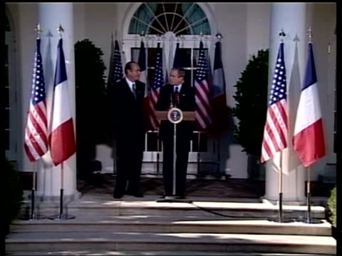 chicago airport security scare pool ms jacques chirac french president and george w bush us president at press conference mics zoom in - präsident stock-videos und b-roll-filmmaterial
