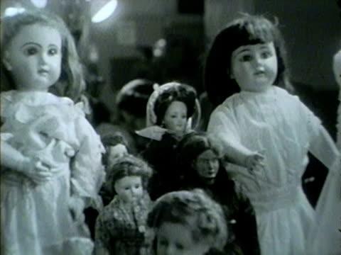 vídeos de stock, filmes e b-roll de chicago antique show in 1953 including antique dolls and toys. - antiquário loja