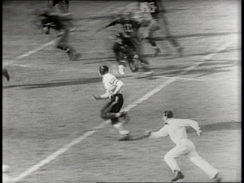 vidéos et rushes de chicago bears beat the washington redskins 73-0 in the pro title at griffith stadium in washington dc / stadium crowd rises in anticipation of game... - nfc
