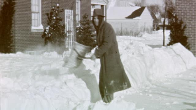 vidéos et rushes de chicago blizzard on march 15 1941 in lincolnwood illinois - neige fraîche
