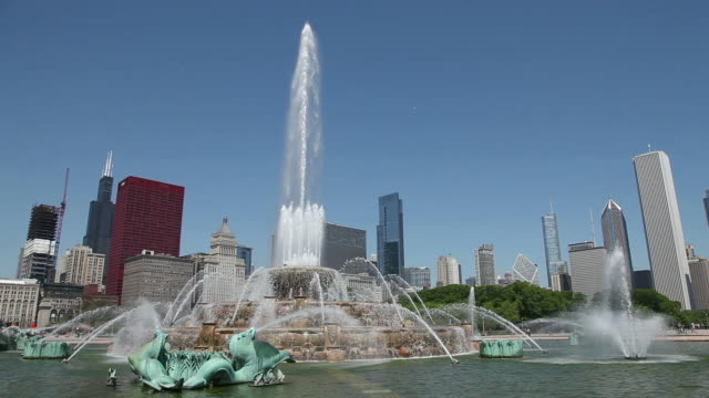 chicago buckingham fountain - buckingham fountain stock videos & royalty-free footage