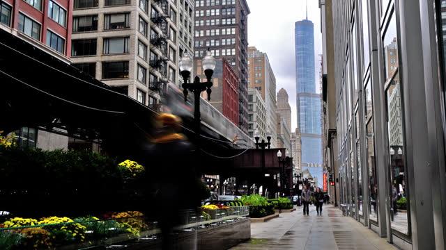 vídeos de stock, filmes e b-roll de cidade de chicago. trem. rua. chuva. - metrô de chicago