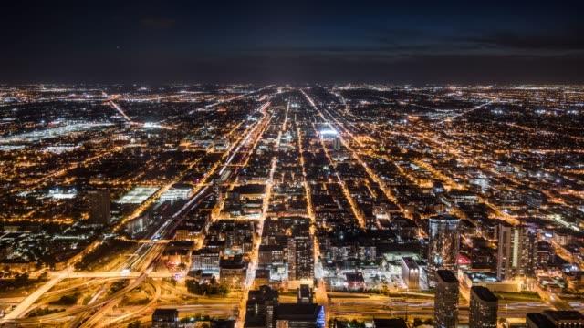 vídeos de stock, filmes e b-roll de t/l ws ha zo chicago cityscape at night / chicago, usa - chicago 'l'