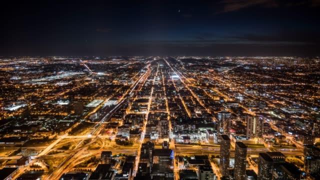 vídeos de stock, filmes e b-roll de t/l ws ha chicago cityscape at night / chicago, usa - chicago 'l'
