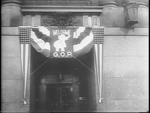 vidéos et rushes de chicago cityscape / doorway with flags and 'welcome gop' sign / people enter governor john bricker's headquarters at the stevens hotel / woman pins... - press conference