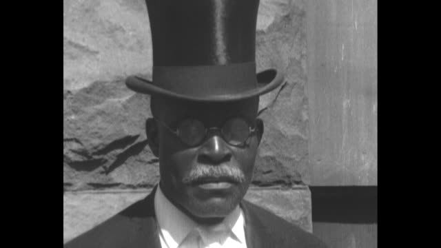 vídeos y material grabado en eventos de stock de chicago coliseum with cars parked on the street / line of elderly african-american men in tuxedos and top hats / man in top hat / overhead shot of... - sombrero de copa