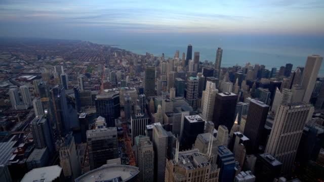 vídeos de stock, filmes e b-roll de horizonte da baixa de chicago durante o crepúsculo em illinois - inclinando se