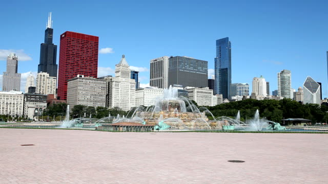 chicago downtown with buckingham founatin - buckingham fountain stock videos & royalty-free footage