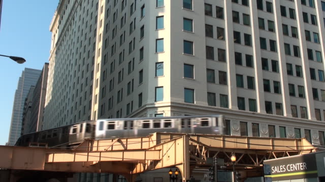 Chicago - El train passes through