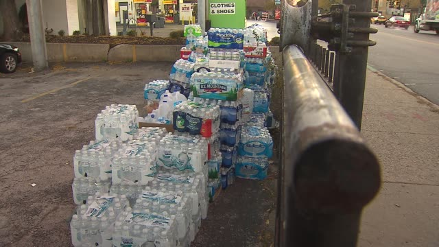stockvideo's en b-roll-footage met chicago filipino community gathers aid for typhoon victims packages of water bottles for typhoon victims on november 13 2013 in chicago illinois - schenking