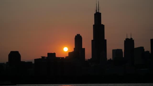 vidéos et rushes de coucher de soleil sur chicago, dans l'illinois - tour sears