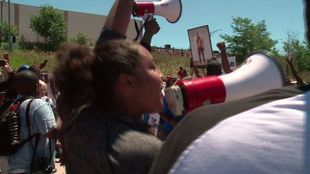 wgn chicago il thousands of protesters marched along chicago's dan ryan expressway on july 7 shutting down traffic to draw attention to the gun... - protesta contro la violenza armata video stock e b–roll