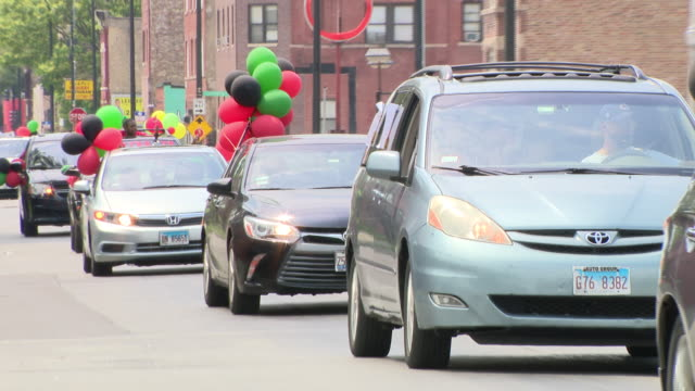 vidéos et rushes de chicago, il, u.s. - 6th annual juneteenth parade presented by st. joseph m.b. church. the parade route went west on madison, south on independence,... - poing levé