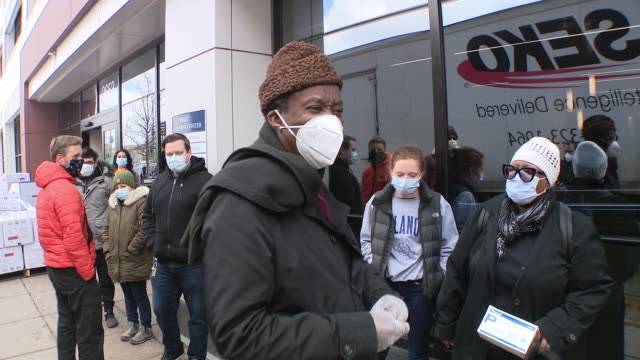 chicago, il, u.s. - a chicago businessman doctor willie wilson donating face masks to mount sinai hospital. wilson has already given hundreds of... - chicago illinois stock-videos und b-roll-filmmaterial