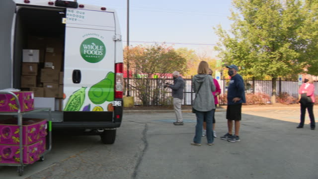 chicago, il, u.s. - a van donated to community-based food organization by whole foods loaded with boxes of food for families in need on friday,... - 利他主義点の映像素材/bロール