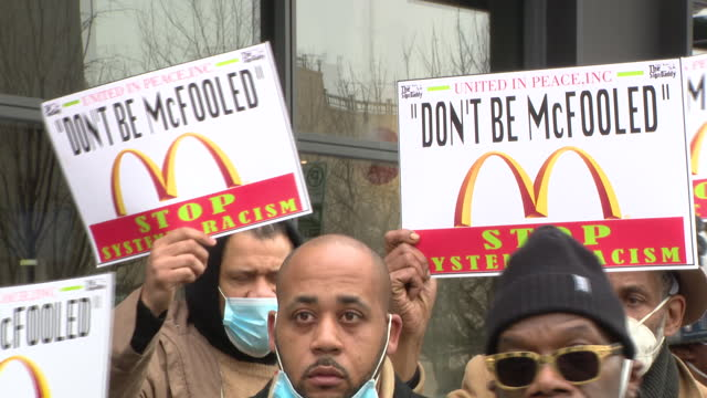 vidéos et rushes de chicago, il, u.s. - activists speaking at start of 90-day protest against mcdonalds racism. at a news conference outside the restaurant chain's... - format hd