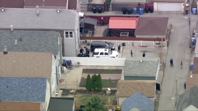 chicago, il, u.s. - aerial view, shootout between cpd and shoplifter who previously wounded store guard and cpd officer. shoplifter was killed by... - ladendieb stock-videos und b-roll-filmmaterial