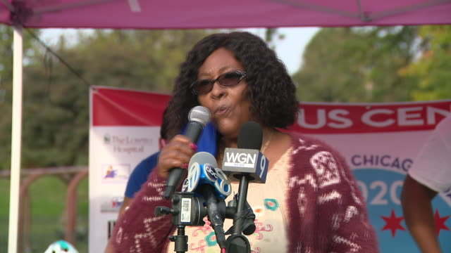 chicago, il, u.s. - alderman emma mitts speaks during a west side bike ride about the community and the 2020 census on sunday, september 27, 2020 .to... - social justice concept 個影片檔及 b 捲影像