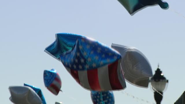 vídeos y material grabado en eventos de stock de chicago, il, u.s. - american flag balloons after joe biden's victory in wilmington, delaware on saturday, november 7 three days after the 2020... - globo de helio