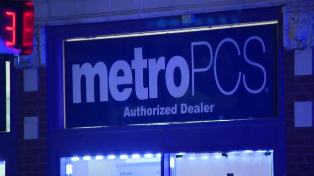 stockvideo's en b-roll-footage met wgn chicago il us area around crime scene after halloween shooting on thursday october 31 2019 - straatnaambord