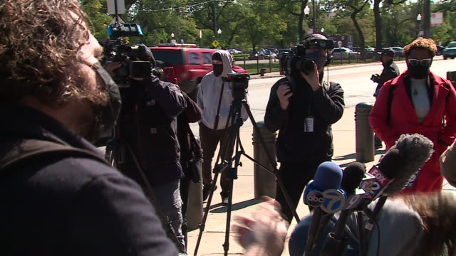 vídeos de stock e filmes b-roll de chicago, il, u.s. - attorneys talking to media after jackie wilson release from prison on friday, october 2, 2020. charges have been dropped against... - crime or recreational drug or prison or legal trial