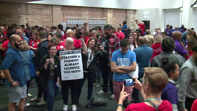 wgn chicago il us bernie sanders at chicago teachers union rally ahead of strike on tuesday september 24 2019 - streik stock-videos und b-roll-filmmaterial