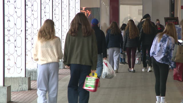chicago, il. u.s. - black friday shoppers with bags at an outdoor shopping mall during pandemic, westfield old orchard on friday, november 27, 2020. - paper bag stock videos & royalty-free footage