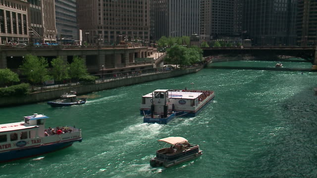 stockvideo's en b-roll-footage met wgn chicago il us boats on chicago river during memorial day weekend on may 25 2019 - binnenschip