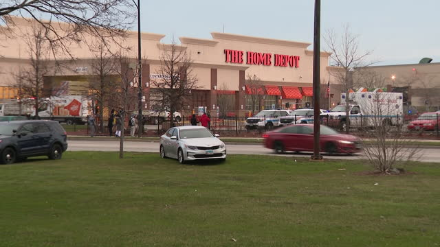 chicago, il, u.s. - brighton park home depot, where shoplifter was killed by police having wounded guard and officer, on thursday, march 25, 2021. - 万引き点の映像素材/bロール