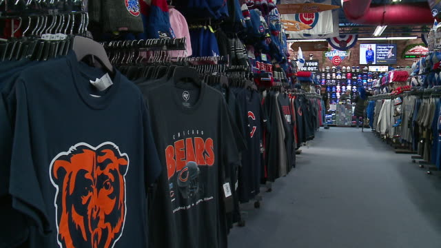 vidéos et rushes de chicago, il, u.s. - chicago bears t-shirts in store on tuesday, december 17, 2019. - nfc