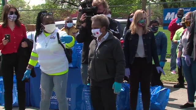 chicago, il, u.s. - chicago mayor lori lightfoot wearing 'stay home' face mask while distributing food, in marquette park, on saturday, may 16, 2020.... - 市区町村長点の映像素材/bロール