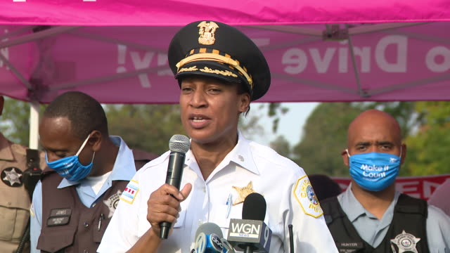 chicago, il, u.s. - chicago police female officer speaks at a community bike ride event to push justice and census on sunday, september 27, 2020 .to... - social justice concept 個影片檔及 b 捲影像