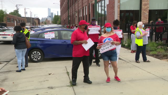 stockvideo's en b-roll-footage met chicago, il, u.s. - chicago teachers union members protesting with placards in front of ctu headquarters on monday, august 3, 2020. chicago teachers... - vakbond