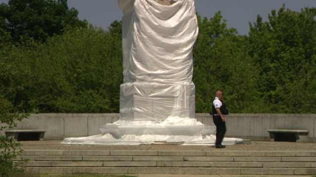 wgn chicago il us christopher columbus statue in grant park covered with plastic wrap on friday june 19 2020 - cristoforo colombo video stock e b–roll