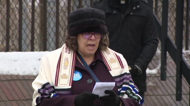 wgn chicago il us church group prays for prison releases during covid19 outbreak on monday mar 23 2020 two detainees at the cook county jail have... - prison release stock videos & royalty-free footage