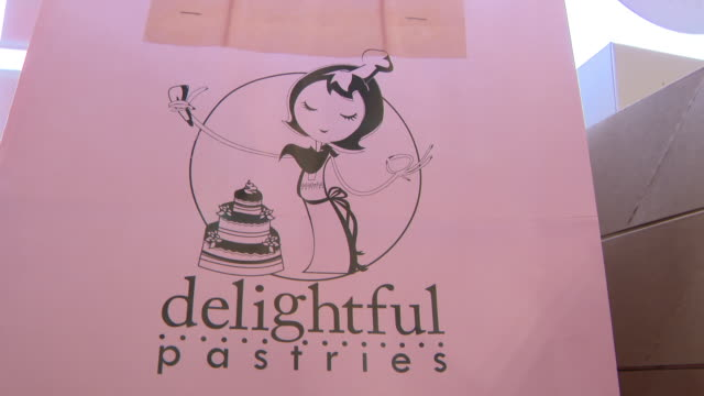 vidéos et rushes de chicago, il, u.s. - close ups of logo of delightful pastries bakery. shrove tuesday is the day before christians start giving up things such as... - mardi gras fête religieuse