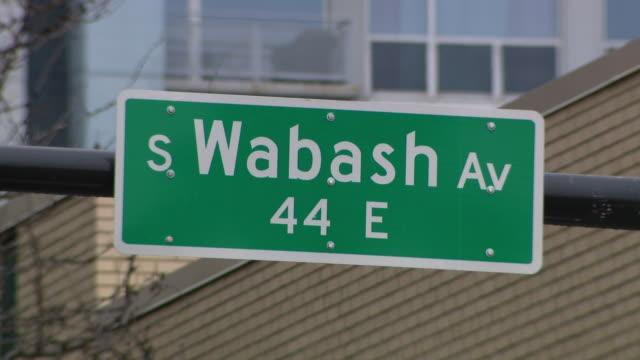 vídeos de stock e filmes b-roll de chicago, il, u.s. - close ups of street name signs. governor jb pritzker announces shutdown of bars and restaurants to help prevent spread of... - placa de nome de rua