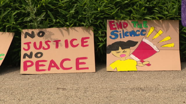 vídeos y material grabado en eventos de stock de wgn chicago il us closeup of protestors placards a march between chicago's chinatown and bridgeport neighborhoods sunday symbolized a commitment to... - escritura occidental