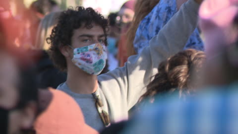 vidéos et rushes de chicago, il, u.s. - close-up shots of protestors. events following george floyd's death led authorities to impose an overnight curfew to try to stem... - injustice