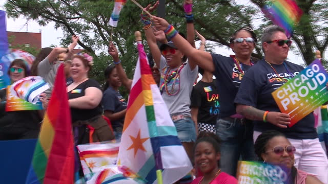 wgn chicago il us colorful parade floats at pride parade in boystown neighborhood on sunday june 30 2019 - festwagen stock-videos und b-roll-filmmaterial