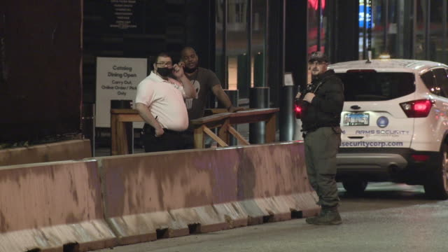 vidéos et rushes de chicago, il, u.s. - comed workers arriving at blacked out willis tower as it's basement was flooded on monday, may 18, 2020. - blacked