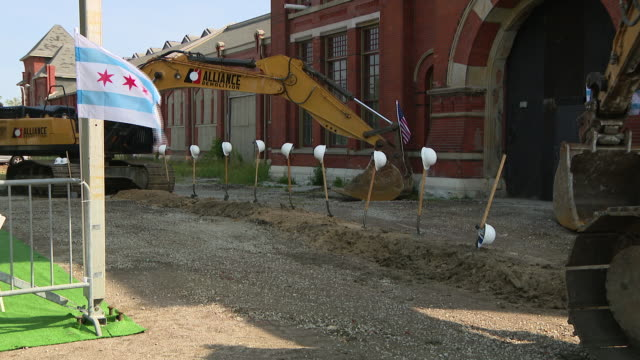 vídeos de stock e filmes b-roll de chicago, il, u.s. - construction machinery in front of pullman factory. a ceremony at the pullman national monument on monday marked another step in... - enfeites para a cabeça