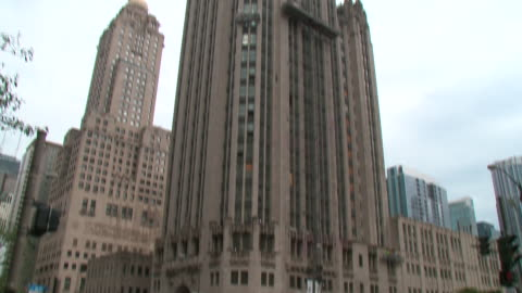 chicago, il, u.s. - construction work on the exteriors of the historic tribune tower and traffic on street in chicago on friday, september 13, 2019. - torre del tribune video stock e b–roll