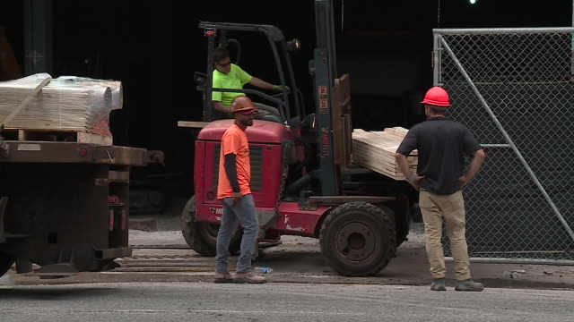 chicago, il, u.s. - construction workers at work on wednesady, july 8, 2020. - manual worker stock videos & royalty-free footage