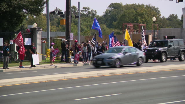 chicago, il, u.s. - convoy of cars with donald trump supporters in front of walter reed national military medical center on sunday, october 4, 2020. - ベセスダ点の映像素材/bロール