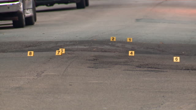 chicago, il, u.s. - crime scene after 5 shot, 2 killed in west englewood, as a part of violent labor day weekend in which chicago police confirmed... - 犯行現場点の映像素材/bロール