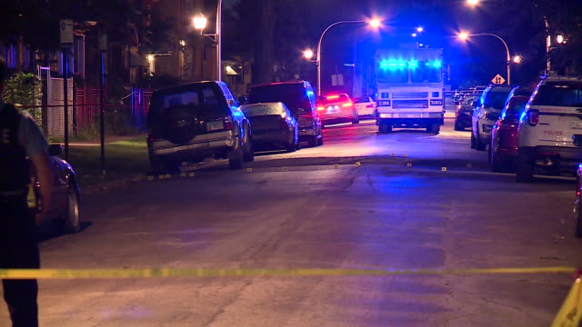 stockvideo's en b-roll-footage met chicago, il, u.s. - crime scene by night after 5 shot, 2 killed in west englewood, as a part of violent labor day weekend in which chicago police... - afzetlint