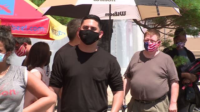 stockvideo's en b-roll-footage met wgn – chicago il us crowd of masked customers waiting in line in front of vienna beef factory store in chicago's bucktown on the last day before it... - winkelbord